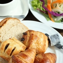 【朝食】焼き立てサクサクのパンが人気です