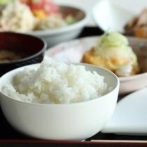 【朝食】ごはんは、北海道米を自家精米したこだわりのごはん
