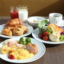 【朝食】最上階の展望レストランにて、朝陽が差し込む朝食バイキングを是非お召し上がりください!