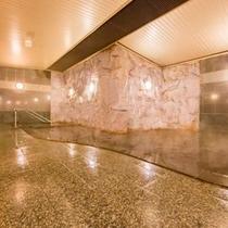 【天然温泉大浴場】翌朝10時まで営業。自分の好きな時間に何度でも入れるのが嬉しい!