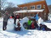 ログコテージ村民の家Ⅱ希の前で雪遊び