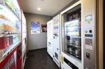 ◆自動販売機コーナー:ソフトドリンク・アルコール飲料・おつまみ・パン・カップ麺・氷・煙草