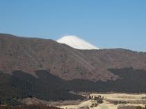 *箱根外輪山の向うにそびえる富士山