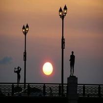 夕日と幣舞橋 ホテルから徒歩3分の幣舞橋 世界三大夕日が運良ければ見られるかも・・・