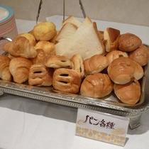 朝食の一例(各種パン)