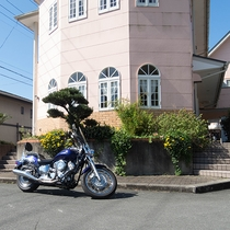 *【外観】バイク好きの主人がお迎えします