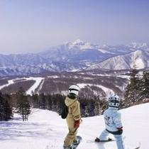 【冬】雄大な景色を望むゲレンデ