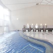 光差し込む、開放的な温泉大浴場(泉質は、肌にやさしい単純泉)