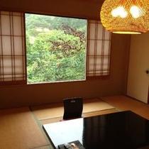 【和室一例】広さ10畳の和室。最大で大人5名様までご宿泊いただけます。