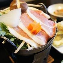 【お料理 獅子鍋】 この地方に昔から伝わる「イノシシ」のお肉を使用した味噌味がベースの名物鍋
