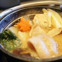 【お料理 お鍋】 イノシシの肉が苦手なお客様には、鴨肉や芋鍋など別のお鍋をご用意させていただきます。