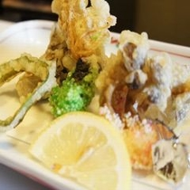 【お料理 天ぷら】 舞茸などきのこを中心とした山菜の天ぷら。揚げたてを塩でお召し上がりください