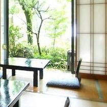 【和室一例】1階のお部屋からは、降りることの出来る庭園の景色をお楽しみいただけます。