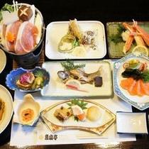 【お料理】地元で獲れた新鮮な魚と山菜を中心としたヘルシーだけれどもボリュームのある夕食一例