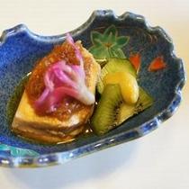 【お料理 イノシシ肉の煮物】 イノシシのお肉を使った煮物。鶏肉のように柔らかく、臭みもありません。