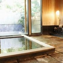 【温泉】浴槽に古代檜(ひのき)を使用。古代檜には血行や新陳代謝促進等、森林浴同様の作用がございます。