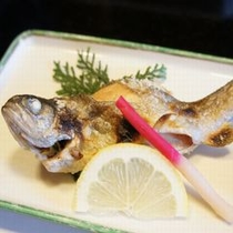 【お料理 焼き物】 宿のすぐ近くの「中川」で朝釣った新鮮な虹鱒(にじます)を塩焼きにした自慢の一品