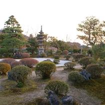 館内には日本庭園がございます。
