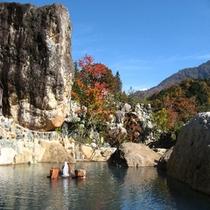 極彩色の露天風呂(秋)