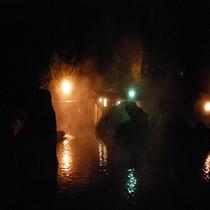 夜にライトアップされる大露天風呂(夜)