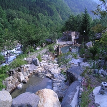 新緑の中の大露天風呂
