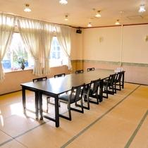 【日の出の間】『24畳』『収容人数12人』『お座席テーブル選択可』『夕食単独利用可(有料)』会議室可