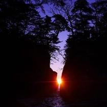 【神割崎】2月中旬と10月下旬は岩と岩の間から昇る日の出が『絶景』となっております