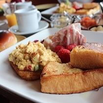 朝から美味しい料理がずらりと並ぶ人気のEnglish styleはロッジスコーレで人気です。