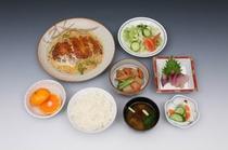 日替わり夕食メニュー★ボリューム満点!お替自由で900円