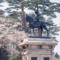 桜と騎馬像