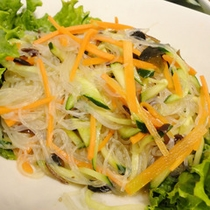 朝食バイキングの中華サラダ