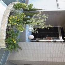 【ホテル脇花壇】ホテルの玄関隣のスペースです♪癒しの空間です