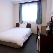 【シングルルーム】ベッドはセミダブルベッド使用。ふわふわの羽毛を使用しているので寝心地は抜群です♪