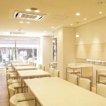 レストランAM7:00〜AM10:00 白が基調の清潔感あふれる朝にぴったりの空間