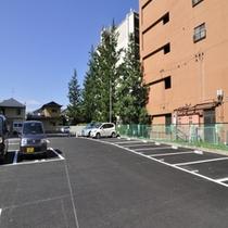平地の駐車場18台完備しております☆
