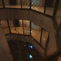 【施設】丸い型をした当館は真ん中が吹き抜けにな構造!必見です!