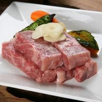 ★とろける食感、料理長厳選の国産和牛を陶板焼きでご堪能ください (1)