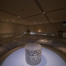 【ラウンジKOMOREBI】当館のクリエイティブディレクター五十嵐威暢氏『木漏れ日』の世界観を表現。