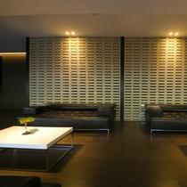 【ロビーフロア】ラグジュアリーな空間に寄り添うようにしつらえられたソファとテーブルが絵になる風景。
