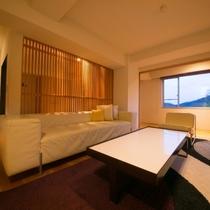 【ラグジュアリースイート和洋室】ツインベッドと和室で、4名様まで一緒にお泊まりいただけるお部屋です。