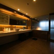 【エグゼクティブスイート】広々とした洗面スペースです。横に並んでご一緒にご支度をしていただけます。