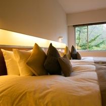 【スイート】上質な眠りを誘うダブルベッド。明るいうちから午睡を愉しむというのも、お薦めの過ごし方。