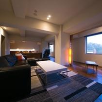 【ラグジュアリースイートツイン】横長にしつらえられた大きな窓からは自然光が差し込む明るいお部屋です。