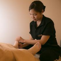 【フットリフレクソロジー】足つぼを刺激し、本来あるべき身体の状態に近づけるリラクゼーションメニュー。