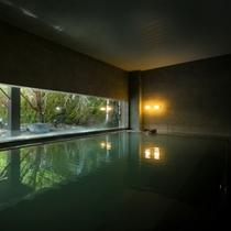 【大浴場】洗練されたデザインと自然が織りなす景色が融合する大浴場。名湯に浸かりながら日本庭園を望む。