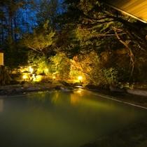 【露天風呂】好きな時間に好きなだけ温泉を堪能できるのも旅の愉しみ。就寝前の湯浴みは、安眠を促します。