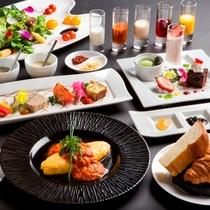 【朝食・洋食】焼き立ての香り豊かなパンと、彩り鮮やかなサラダ、卵料理が愉しめる洋朝食です。