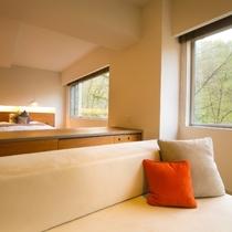【スイート】当館で最もスタンダードな70㎡の客室です。洗練されたデザインと木のぬくもりが調和します。