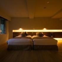 【エグゼクティブスイート】ベッドサイドには読書灯やテレビを配置。思い思いの時間をお過ごしください。