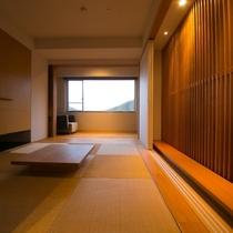 【ラグジュアリースイート和洋室】スタイリッシュな空間に、和の趣溢れる畳のスペースが自然と調和します。